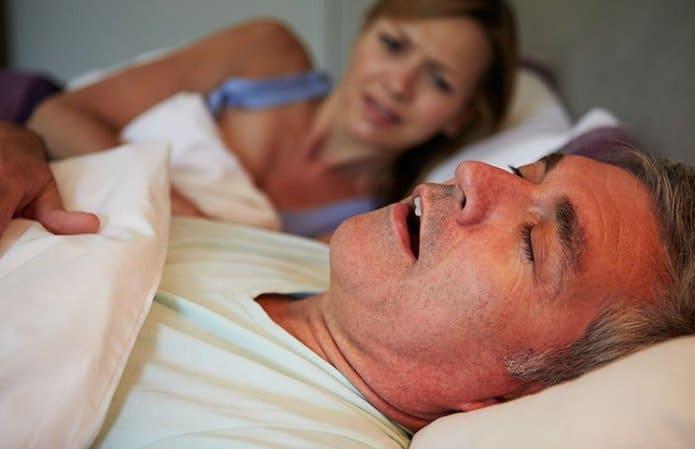 vrouw ligt wakker door haar snurkende man